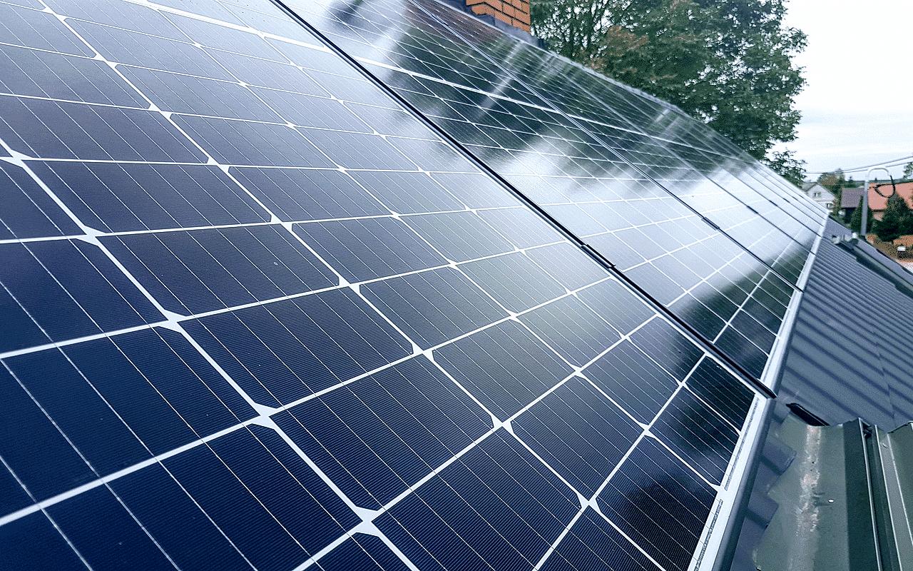 Zdjęcie modułów fotowoltaicznych na dachu
