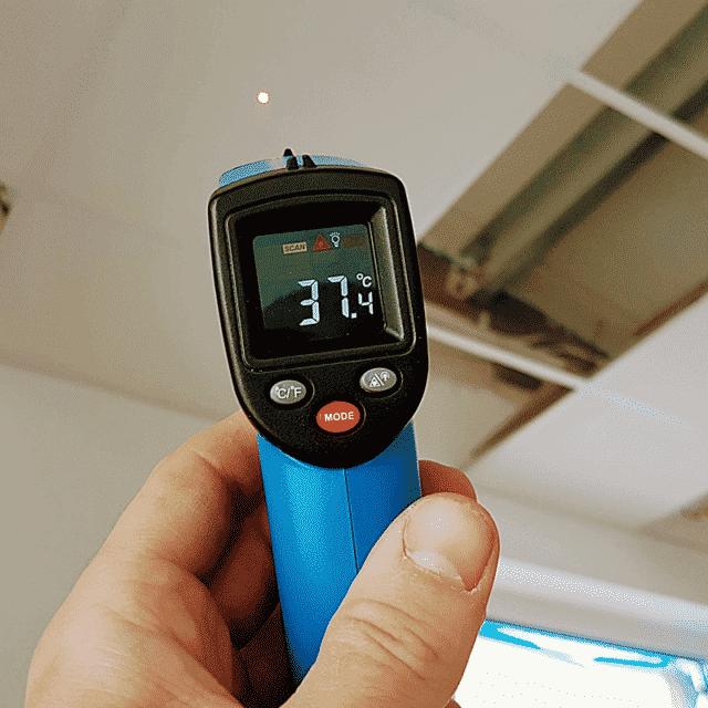 termometr pokazuje temperaturę folii grzewczej
