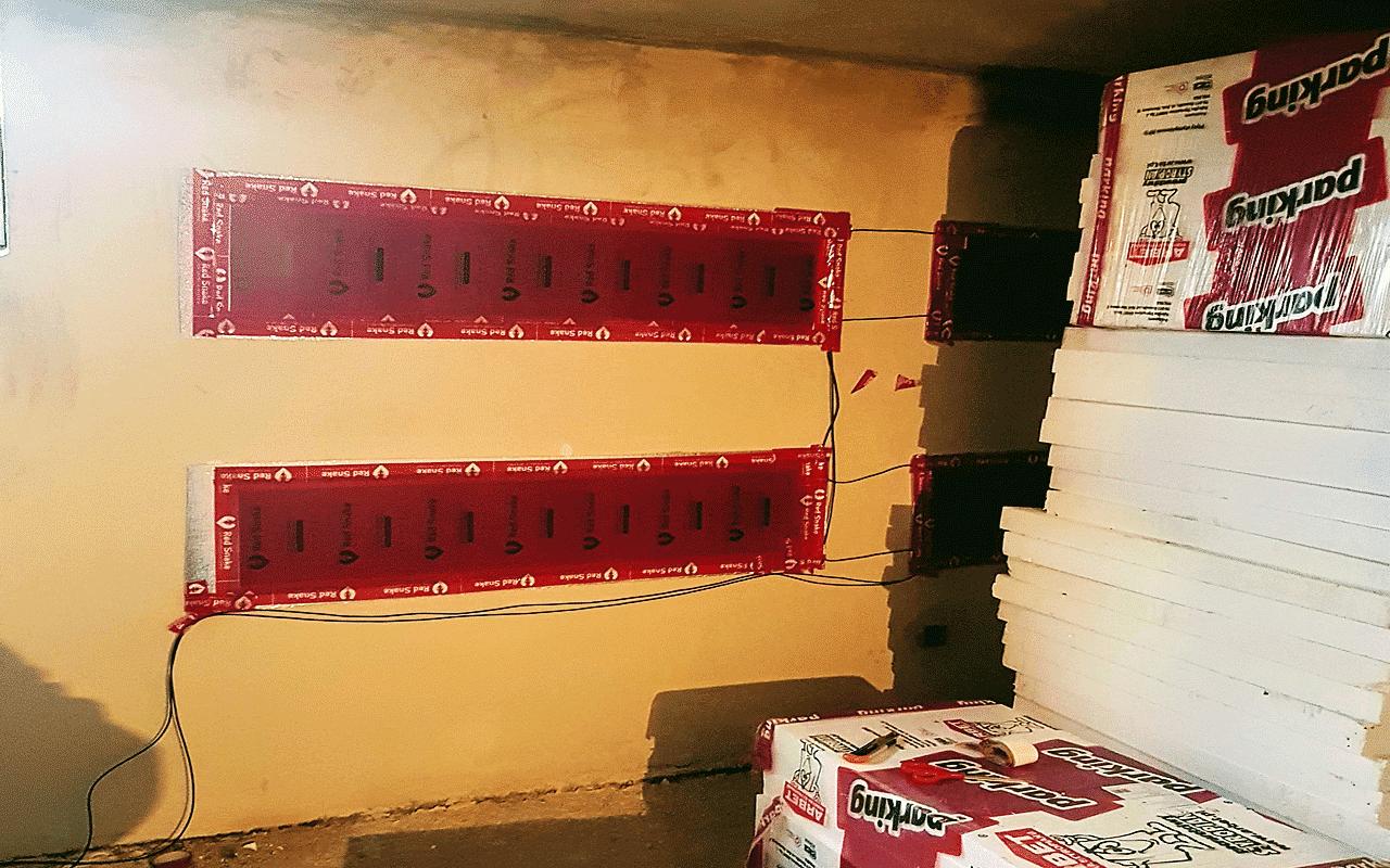 Pasy folii grzewczej na ścianie