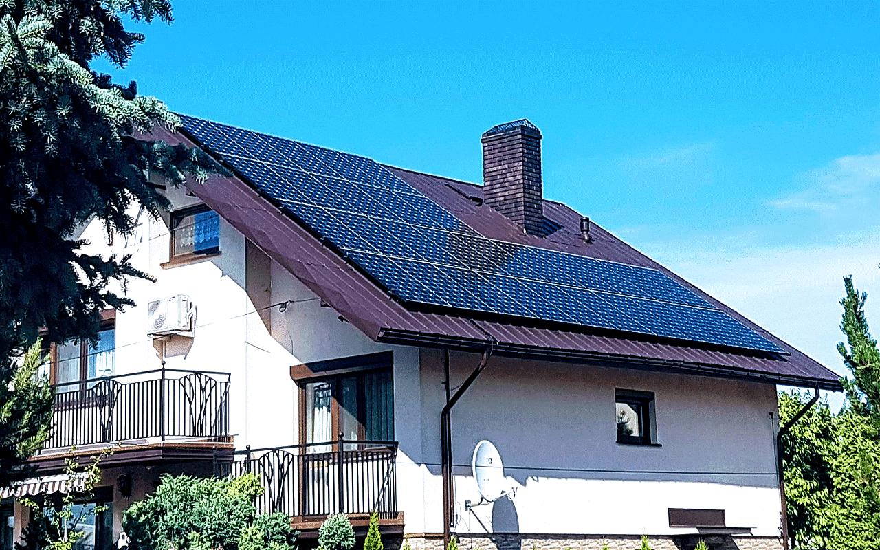 dom z fotowoltaiką na dachu