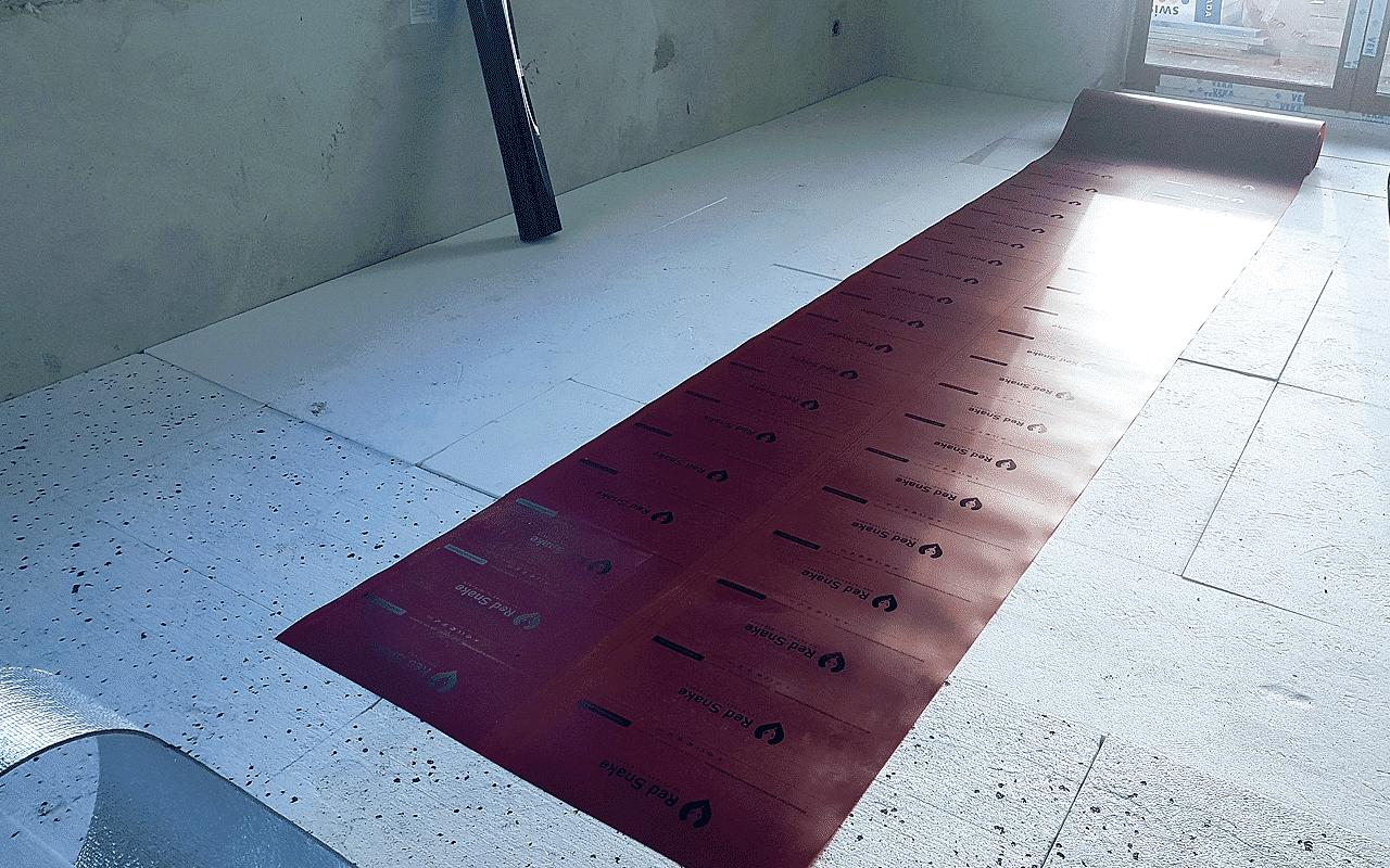 Folia grzewcza Red Snake na podłodze