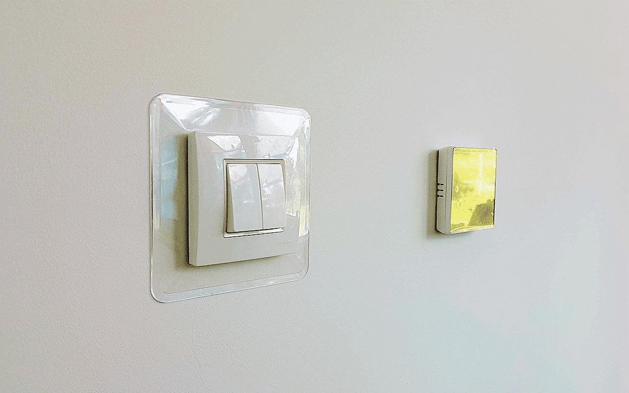 na ścianie obok włącznika światła jest termostat do ogrzewania