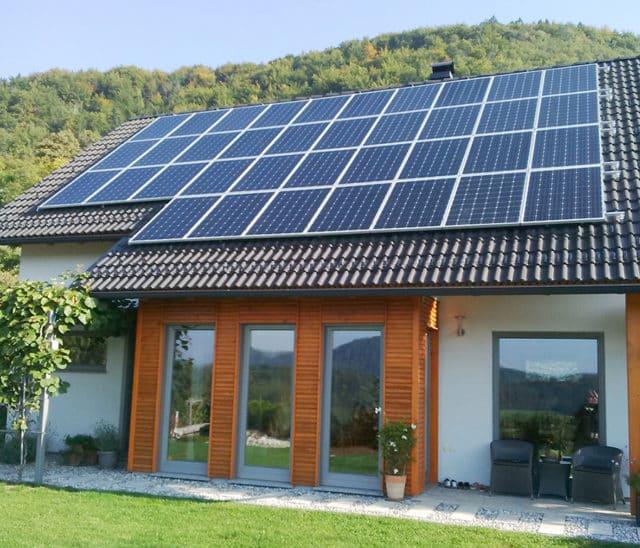 https://solcity.pl/wp-content/uploads/2019/12/solaredge-moduły-na-dachu-640x548.jpg