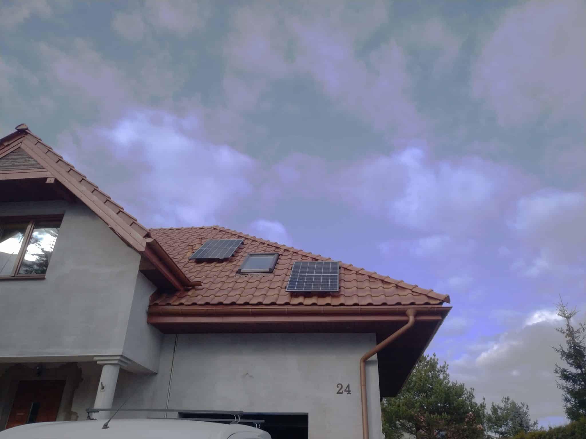 instalacja fotowoltaiczna na dachówce
